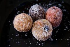 没有糖的甜点用干果子,洒与椰子切削 免版税库存照片