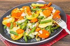 没有肉的食物:在煎锅的油煎的菜 库存图片