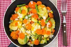 没有肉的食物:在煎锅的油煎的菜 免版税库存图片