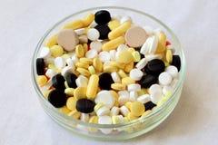 没有药物的生活 混合在玻璃培养皿的片剂 空白织品背景 免版税库存照片