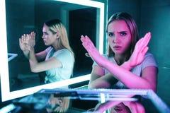 没有药物 说的手不 有横渡的胳膊的年轻美女在夜对在可卡因线背景的药物说不 免版税库存图片