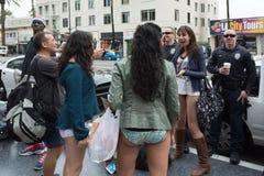 没有裤子的妇女和警察在的好莱坞 免版税库存照片