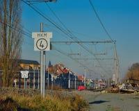 没有跟特火车、入口乘火车,城市和风景的路轨 图库摄影