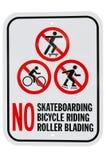 没有踩滑板的自行车骑马路辗叶栅标志 库存图片