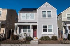 没有车道的二层的单身家庭的房子 免版税库存图片