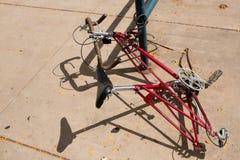 没有轮子的一辆被放弃的自行车 库存照片