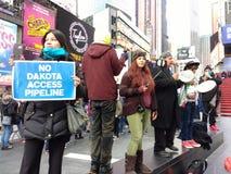 没有达可它通入管道,抗议者在时代广场,纽约, NYC, NY,美国 免版税库存图片
