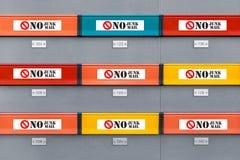 没有邮寄宣传品贴纸的多彩多姿的现代邮箱 免版税库存照片