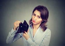 没有金钱的妇女 拿着空的钱包的女实业家 免版税库存照片