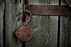 没有钥匙的老生锈的被打开的锁 葡萄酒木门,概念照片的关闭 库存图片