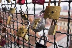 没有钥匙的许多锁在城堡小山附近在格拉茨,奥地利的背景中垂悬篱芭  锁由人离开  库存图片
