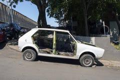 没有门的一辆被击毁的汽车在街道 库存照片