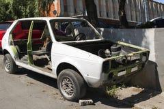 没有门的一辆被击毁的汽车在街道 免版税库存图片