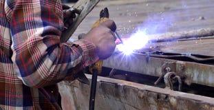 没有防护工作穿戴的危险焊接 免版税库存图片