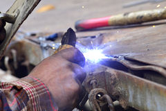 没有防护工作穿戴的危险焊接 免版税图库摄影