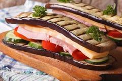 没有面包的三明治与新鲜蔬菜、火腿和乳酪 库存图片