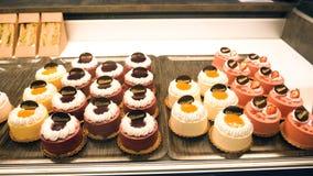 没有面筋曲奇饼甜点的素食主义者在法国咖啡馆 库存图片