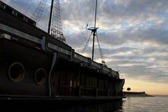 没有风帆的被停泊的galeon在水表面上的帆柱在海海湾 免版税图库摄影