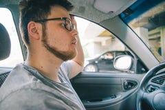 没有驾驶汽车的经验的年轻人 免版税库存图片
