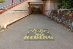 没有绘在一个步行地铁的自行车骑马标志 库存图片
