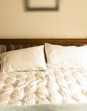 没有整理好的床细节 免版税库存图片