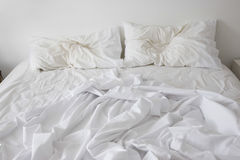 没有整理好的床 免版税库存图片