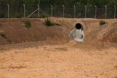 没有水的干水池在夏季 免版税库存照片