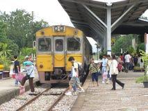 没有Thn的铁路车 1228和火车No407 免版税库存照片