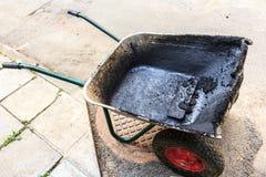沥清和热的沥青的运转的手推车 免版税库存照片