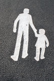 沥青儿童父亲步行者签署方式 图库摄影