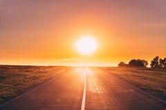 沥青国家开放路在晴朗的早晨或晚上 开张路 免版税库存图片