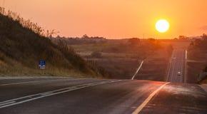 沥青在日落的沥青路在南非 免版税库存照片