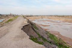 沥青崩溃了路径路 库存图片