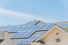 沥青的太阳电池板设施盖屋顶 图库摄影