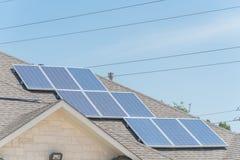 沥青的太阳电池板设施盖屋顶 库存照片
