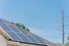 沥青的太阳电池板设施盖屋顶 免版税库存图片