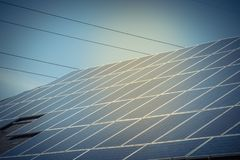 沥青的太阳电池板设施盖屋顶 库存图片