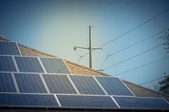 沥青的太阳电池板设施盖屋顶 免版税库存照片