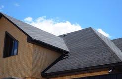 沥青盖屋顶建筑,修理 议院的问题范围涂柏油木瓦壁角屋顶建筑防水 免版税库存图片