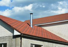 沥青盖屋顶建筑,修理 议院的问题范围涂柏油木瓦壁角屋顶建筑防水 库存图片