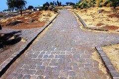 沥青背景路石头适当的阳光纹理 免版税库存图片