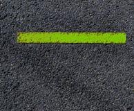 沥青脏,肮脏的看法与分明绿色条纹的 免版税库存照片