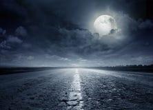 沥青详细形成路正方形人员结构 戏曲晚上美丽如画的路晃动天空 免版税图库摄影
