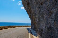 沥青详细形成路正方形人员结构 与美丽的山路的五颜六色的风景有完善的沥青的 高岩石,在日出的蓝天 免版税库存图片