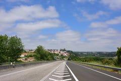沥青路和中世纪市背景的Obidos 葡萄牙 库存图片