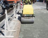 沥青路面修理在城市道路的 免版税库存照片