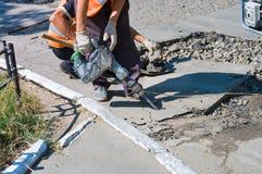 沥青路面和路修理在市中心 修补在沥青的孔在车行道和步行者 asphal的工作 免版税库存照片