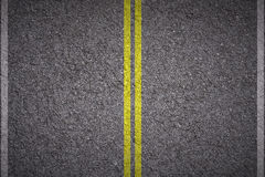 沥青-黄色和空白线路 库存照片