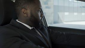 沮丧和失望对问题供以人员坐在汽车混淆了怎样做 股票视频
