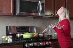 沮丧妇女烹调 免版税库存图片